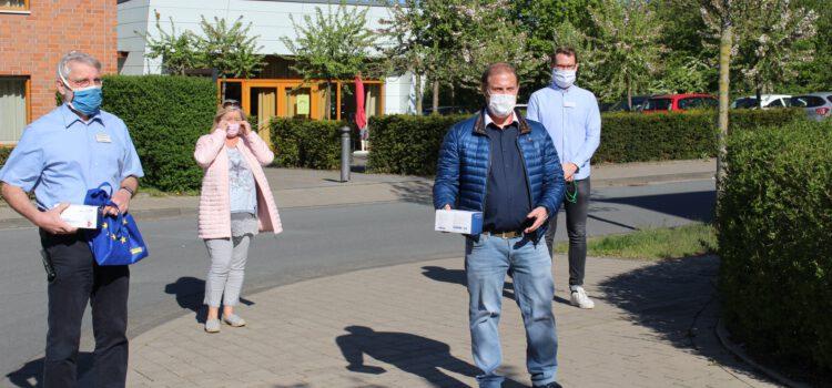 FDP Beckum übergibt 100 Mund-Nase-Schutz Masken an das Seniorenzentrum St. Anna.